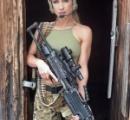 セクシーポーズで銃を手にした写真を投稿した27歳の母親が批判を受けるも「私達の国に銃問題は存在しない」