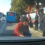 【動画】中国、おばあさんが突然車に寄って来て「当たり屋」の演技をやり出す~!w