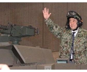 「日本の恥だ」 迷彩服で戦車に乗った安倍首相に日本のネットユーザーから批判の声-日本新華僑報