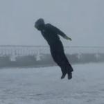 【動画】米国、吹き続ける風速175km/hの超風に真正面から挑んでみた! [海外]