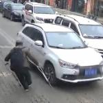 【動画】中国、当たり屋のおじいさん、松葉杖を車にちょこんと当てて大げさに倒れる!