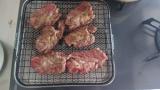 朝から肉を焼いてるから見てくれ → 焼肉用じゃない網使った結果www(※画像あり)