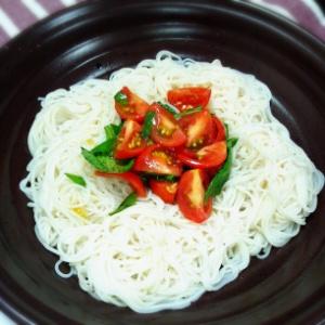 トマトとバジルの素麺サラダ