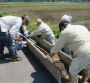 「もう待てん」 熊本阿蘇の農家約200人 自力で田んぼの用水路を復旧