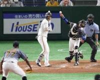 【阪神】「梅ちゃんバズーカ」巨人中島の盗塁を悠々と阻止