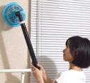 飛び回る蚊を吸引して電撃で退治する「蚊取りスティック」発売(写真あり)
