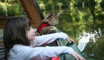 英国の自閉症少女(6)が美しい!仲良しの猫とともに天才的才能を開花させた話