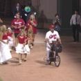 【広島】5回終了時にエルドレッドが自転車でファンの前に登場!ファミリーでCCダンスを披露!