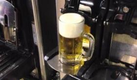 【テクノロジー】  日本で作られた 全自動で ビールをジョッキに  そそぐ機械が 凄いぞ!!   海外の反応