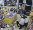 【動画】 ビールを盗もうとした男、店主に見つかりパンツ一丁にされる