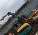 【動画】解体現場のDQNが重機と木材でハリポタのアトラクションを自作www 危険すぎると話題にww