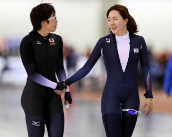 【平昌オリンピック】スピードスケート女子500mで小平奈緒が金メダルを取った時のスターターが遅いと話題に(比較動画あり)
