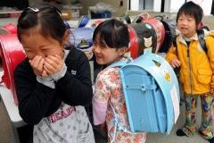 【画像あり】被災地の女児たちに笑顔が戻る
