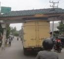 インドネシアでトラックが門を担いだ状態で危険走行 いつ落ちるかわからない危険な状態