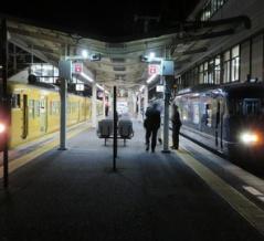 117系の 「快速」 が 117系の 「特急」 (銀河) を追い抜く ~新倉敷駅にて~
