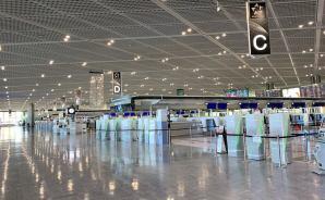 成田空港の朝は「人影もまばら」