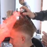 【動画】ロシア、街の美容室の「炎のヘアカットマン」が話題に!実におそロシア [海外]