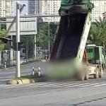 【動画】中国、大型トラックが荷台を上げたまま走行!信号機に激突、破壊する! [海外]