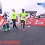 【動画】中国、マラソン大会でゴールしたエチオピア人選手をスタッフが無理やり止める [海外]