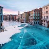 『【衝撃画像あり!】仮装カーニバルが始まったベネチアの川が美しすぎるwwwww』の画像
