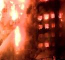 ロンドンの高層アパートで火災 建物全体が丸焼け状態