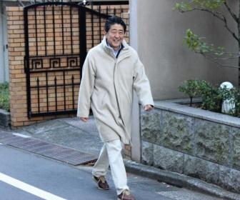 安倍総理、変な服を着て自宅周辺をうろうろ歩き回る