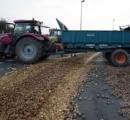 【画像】農家が路上にジャガイモばらまき抗議、租税政策に怒る - ブルターニュ地方サンマロ