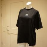 『MSGM(エムエスジーエム)ワンポイントロゴラグランスリーブTシャツ』の画像