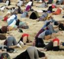【画像】 オーストラリア人、砂浜に頭を埋めて政府に抗議
