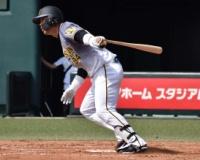 阪神原口が復帰戦で右足死球 ベンチには自力歩行