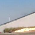 中国の武装警察、窓に火炎放射器をぶっ放す訓練