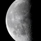 『澄み切った空に下弦の月(月齢21.7)』の画像