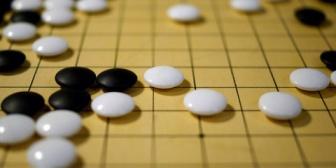 【雑談】祖父と従妹が囲碁の番組を見ていたんだけど、問題に従妹がつぎつぎと正解。なかなか衝撃だった。
