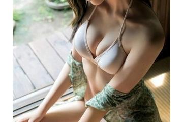 森保まどかの水着で締め付けられたエロいおっぱい