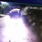 【動画】中国、走行中のトラックに突然の「山崩れ」が襲う!間一髪ですり抜ける瞬間 [海外]