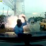 【動画】タイ、男が歩きスマホ、突然、真上の電線がショートし爆発!これはヤバい! [海外]