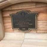 『富豪ライバル同士の熾烈な争い...?コロンビア号の着工と、ハイタワー3世への皮肉を示す石碑』の画像