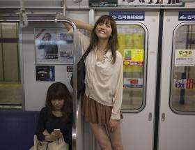 【画像】バスに一人で笑ってる女いるwwwwwwwwwwwwwwwwwwwwwwwwwwww
