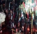 トレーラーハウスに刃物3714本、周囲にトラップ、中には人体模型や祭壇。鉈や刀で警察を襲う
