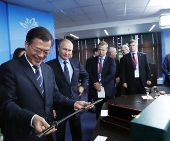 金正恩「刀を贈ります。魂の化身です」 プーチン「ロシアでは武器を贈ることは縁起が良くない」 金「えっ」