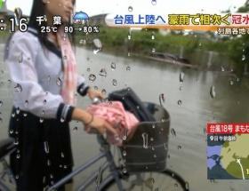 【画像】台風でヌレヌレスケスケの美少女JKがテレビに映る