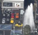 旭区の住宅街で水噴出 高さ10メートル以上 隣はコルベット専門店 駐車場は水浸しに