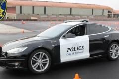 テスラの電気自動車パトカー、容疑者追跡中に電池切れ-犯人逃がす