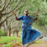 『105歳。子供の代わりに木を育てている女性』の画像
