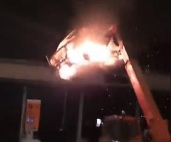 仏カス「なんかインパクトある暴動ないか。せや燃やした車クレーンで吊って料金所にぶつけたろ」