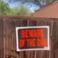 【イヌ】 壁に「猛犬注意」の張り紙があった。どんな犬がいるのかな? → そっと近づいて覗いてみたら…
