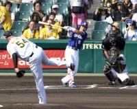 【阪神】メッセンジャーが引退試合 中日・大島を146キロで三振 鳥谷が花束手渡す。