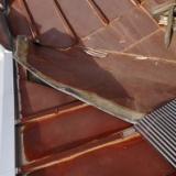 台風と戦う店長!屋根にのぼるの写真