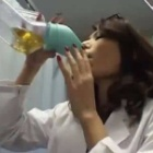 ◆【飲尿女医】尿瓶で採取した患者の小便を飲み干す変態飲尿ビッチ女医!