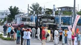「米軍に港を使わせない!」沖縄・本部港の入り口をプロ市民が封鎖、米軍車両が道路で立ち往生中